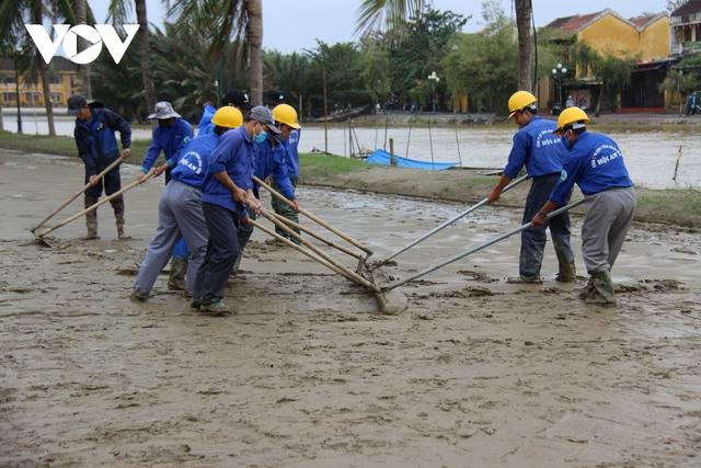 Hơn 150 người dọn bùn non đang tràn ngập phố cổ Hội An - Ảnh 3.