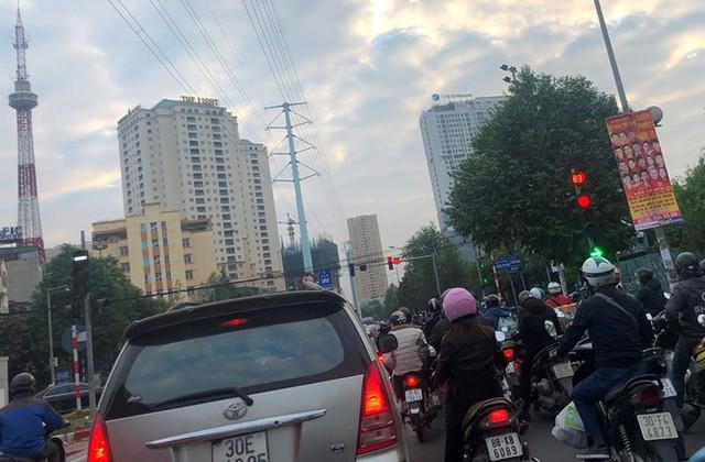 Cận cảnh cao ốc nhấn chìm con đường BT Hà Nội - Ảnh 4.