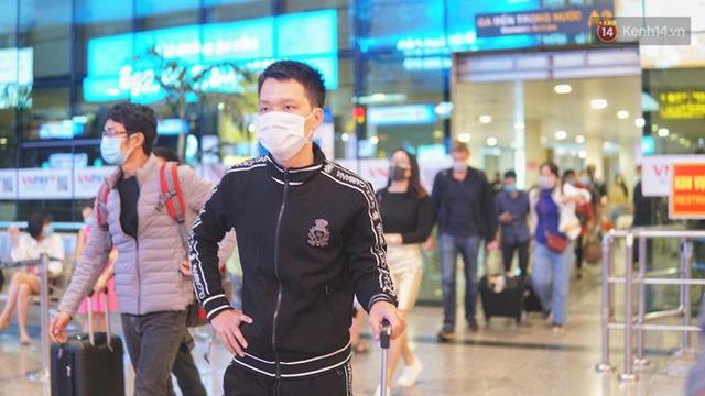 Sân bay Tân Sơn Nhất thắt chặt phòng dịch Covid-19: Khách được đo thân nhiệt, bắt buộc đeo khẩu trang - Ảnh 4.