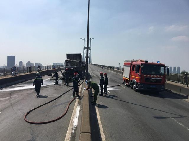 TP.HCM: Xe container bốc cháy ngùn ngụt trên cầu Phú Mỹ, phong toả đường để dập lửa - Ảnh 4.