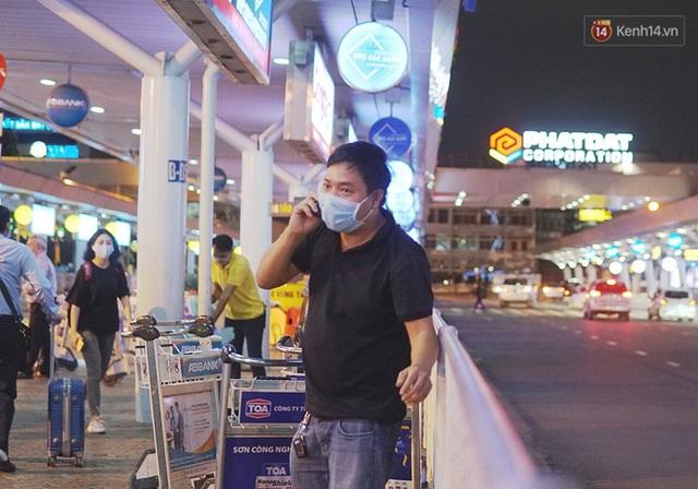 Sân bay Tân Sơn Nhất thắt chặt phòng dịch Covid-19: Khách được đo thân nhiệt, bắt buộc đeo khẩu trang - Ảnh 5.