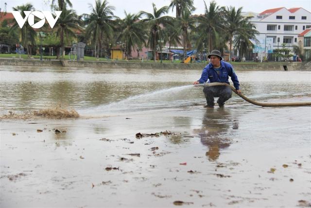 Hơn 150 người dọn bùn non đang tràn ngập phố cổ Hội An - Ảnh 5.
