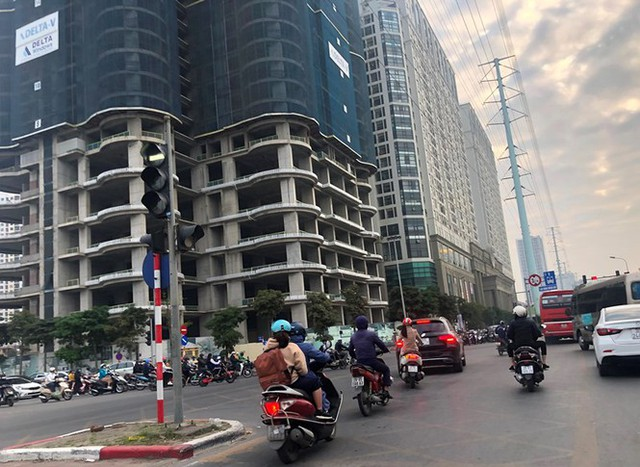 Cận cảnh cao ốc nhấn chìm con đường BT Hà Nội - Ảnh 6.