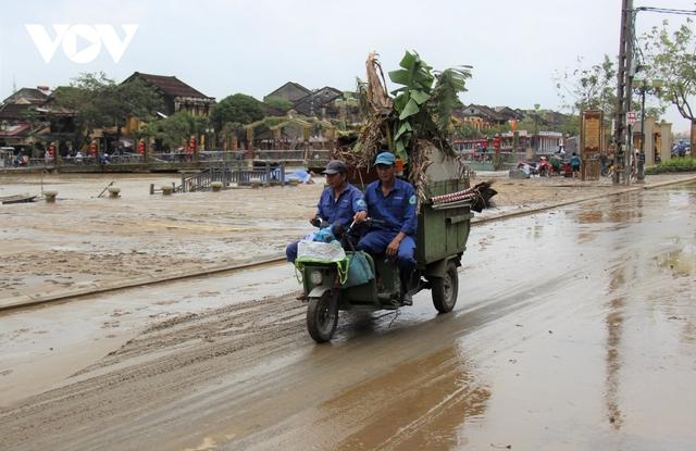Hơn 150 người dọn bùn non đang tràn ngập phố cổ Hội An - Ảnh 6.