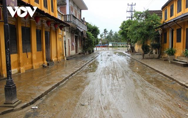 Hơn 150 người dọn bùn non đang tràn ngập phố cổ Hội An - Ảnh 7.