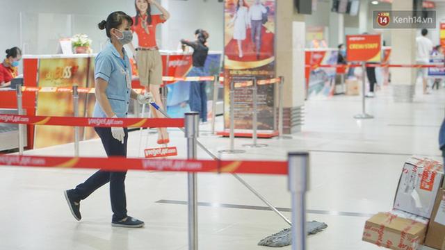 Sân bay Tân Sơn Nhất thắt chặt phòng dịch Covid-19: Khách được đo thân nhiệt, bắt buộc đeo khẩu trang - Ảnh 8.