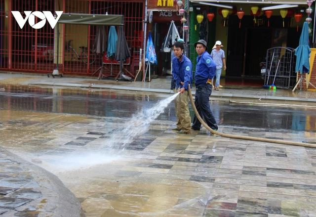 Hơn 150 người dọn bùn non đang tràn ngập phố cổ Hội An - Ảnh 8.