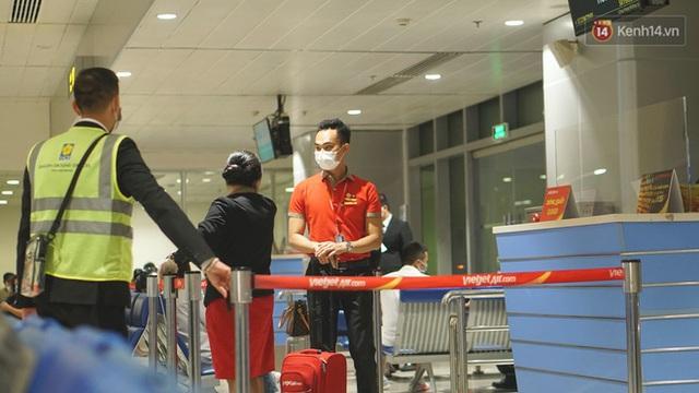 Sân bay Tân Sơn Nhất thắt chặt phòng dịch Covid-19: Khách được đo thân nhiệt, bắt buộc đeo khẩu trang - Ảnh 9.