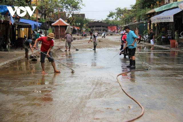 Hơn 150 người dọn bùn non đang tràn ngập phố cổ Hội An - Ảnh 9.
