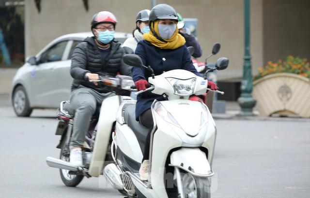 Người lao động ở Hà Nội mưu sinh trong đợt rét mạnh nhất từ đầu mùa đông - Ảnh 2.