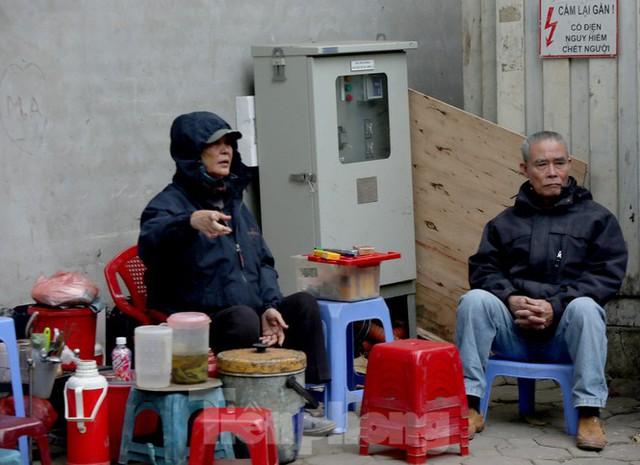 Người lao động ở Hà Nội mưu sinh trong đợt rét mạnh nhất từ đầu mùa đông - Ảnh 3.