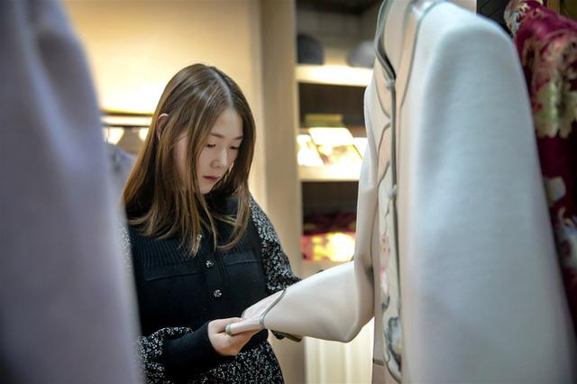 Câu chuyện về cô gái bất chấp sự xa lánh và phản đối của gia đình bạn bè, quyết tâm theo đuổi nghề bán quần áo cho người chết - Ảnh 3.