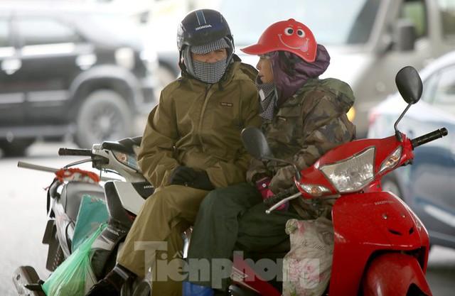 Người lao động ở Hà Nội mưu sinh trong đợt rét mạnh nhất từ đầu mùa đông - Ảnh 4.