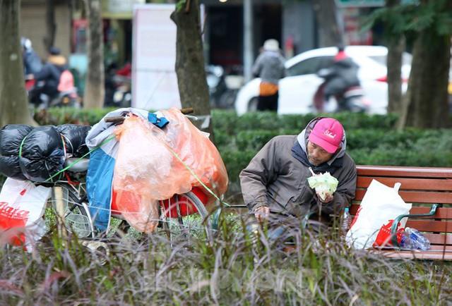 Người lao động ở Hà Nội mưu sinh trong đợt rét mạnh nhất từ đầu mùa đông - Ảnh 5.