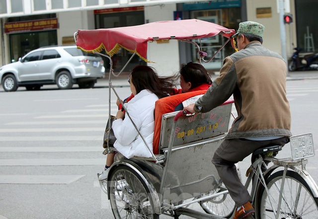 Người lao động ở Hà Nội mưu sinh trong đợt rét mạnh nhất từ đầu mùa đông - Ảnh 7.