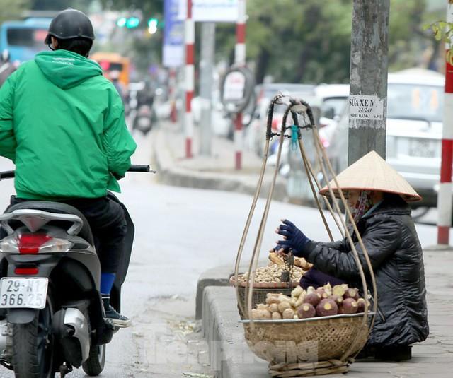 Người lao động ở Hà Nội mưu sinh trong đợt rét mạnh nhất từ đầu mùa đông - Ảnh 10.