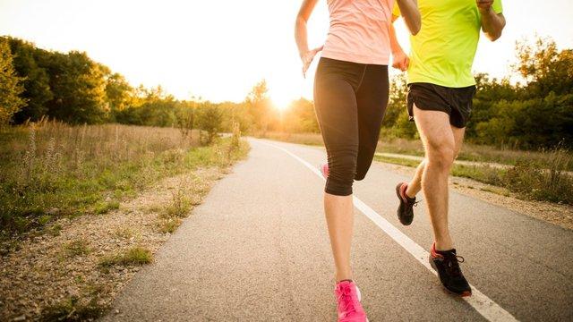 Bơi lội hay chạy bộ tốt hơn cho sức khỏe: Chuyên gia thể thao chỉ ra điểm cần đặc biệt lưu ý khi lựa chọn cách luyện tập - Ảnh 1.