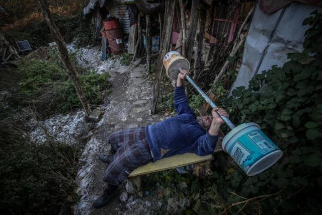 Người đàn ông bỏ phố lên rừng, sống tránh xa công nghệ, chỉ lâu lâu xuống núi thi chạy marathon - Ảnh 2.