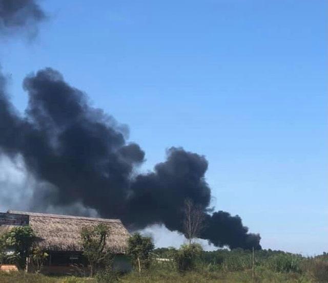 Cháy kho phế liệu ở Đồng Nai, cột khói bốc cao hàng chục mét  - Ảnh 2.