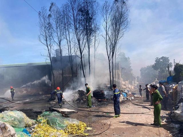 Cháy kho phế liệu ở Đồng Nai, cột khói bốc cao hàng chục mét  - Ảnh 3.
