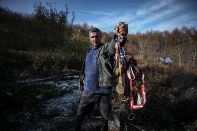 Người đàn ông bỏ phố lên rừng, sống tránh xa công nghệ, chỉ lâu lâu xuống núi thi chạy marathon - Ảnh 11.
