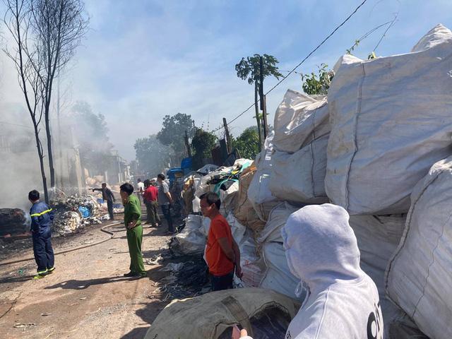 Cháy kho phế liệu ở Đồng Nai, cột khói bốc cao hàng chục mét  - Ảnh 4.