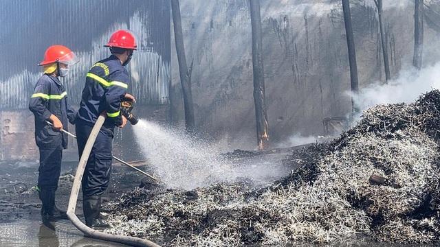 Cháy kho phế liệu ở Đồng Nai, cột khói bốc cao hàng chục mét  - Ảnh 5.