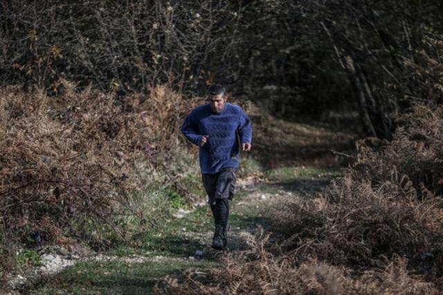 Người đàn ông bỏ phố lên rừng, sống tránh xa công nghệ, chỉ lâu lâu xuống núi thi chạy marathon - Ảnh 5.
