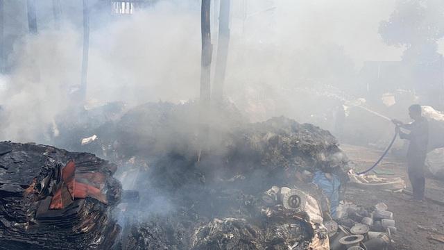 Cháy kho phế liệu ở Đồng Nai, cột khói bốc cao hàng chục mét  - Ảnh 6.