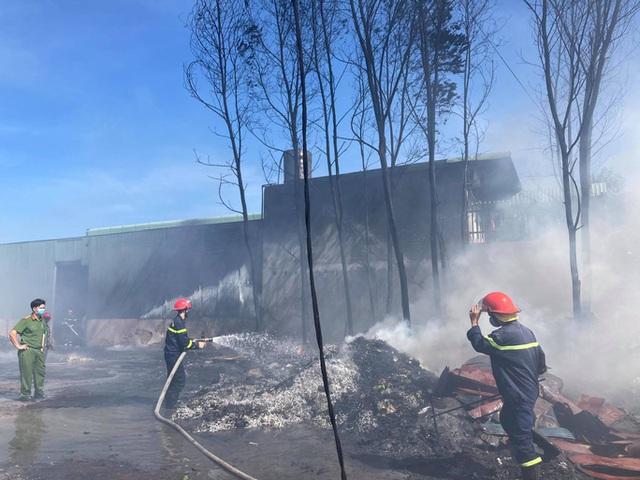 Cháy kho phế liệu ở Đồng Nai, cột khói bốc cao hàng chục mét  - Ảnh 7.