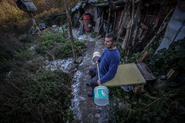 Người đàn ông bỏ phố lên rừng, sống tránh xa công nghệ, chỉ lâu lâu xuống núi thi chạy marathon - Ảnh 7.