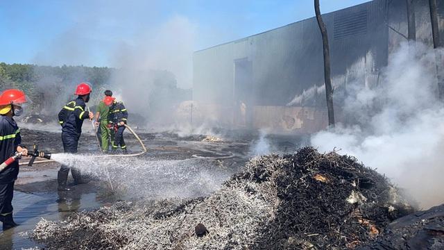 Cháy kho phế liệu ở Đồng Nai, cột khói bốc cao hàng chục mét  - Ảnh 8.