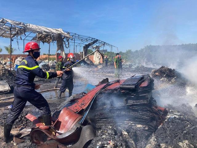 Cháy kho phế liệu ở Đồng Nai, cột khói bốc cao hàng chục mét  - Ảnh 9.