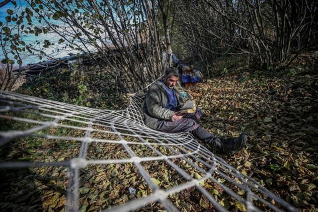 Người đàn ông bỏ phố lên rừng, sống tránh xa công nghệ, chỉ lâu lâu xuống núi thi chạy marathon - Ảnh 10.