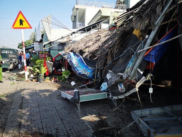 Ôtô tông hàng loạt xe máy, làm sập quán cà phê ven đường  - Ảnh 2.