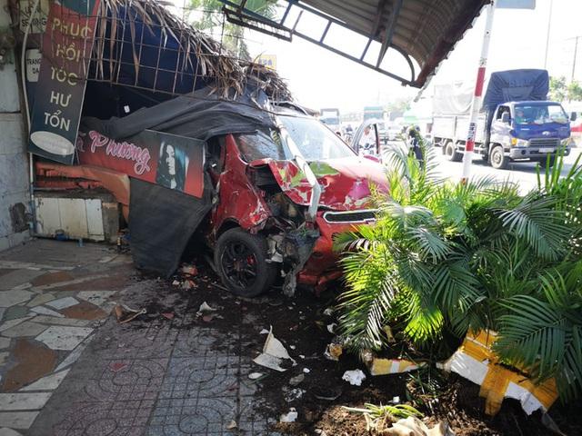 Ôtô tông hàng loạt xe máy, làm sập quán cà phê ven đường  - Ảnh 4.
