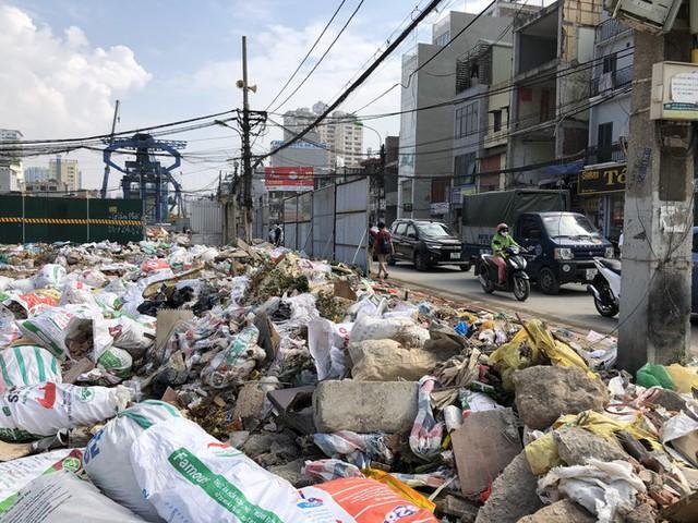 Hàng loạt bãi rác tự phát gây ô nhiễm đường phố Hà Nội - Ảnh 1.