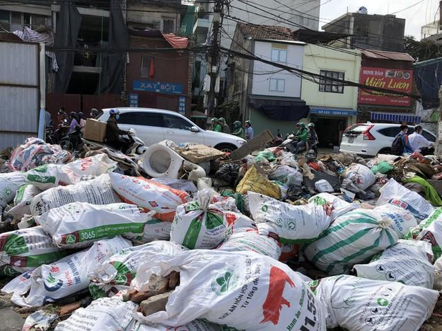 Hàng loạt bãi rác tự phát gây ô nhiễm đường phố Hà Nội - Ảnh 2.