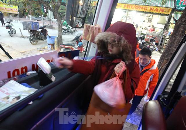 Rét đầu đông, dân Hà Nội kín mít đi làm, Hồ Tây vắng bóng người qua lại - Ảnh 2.