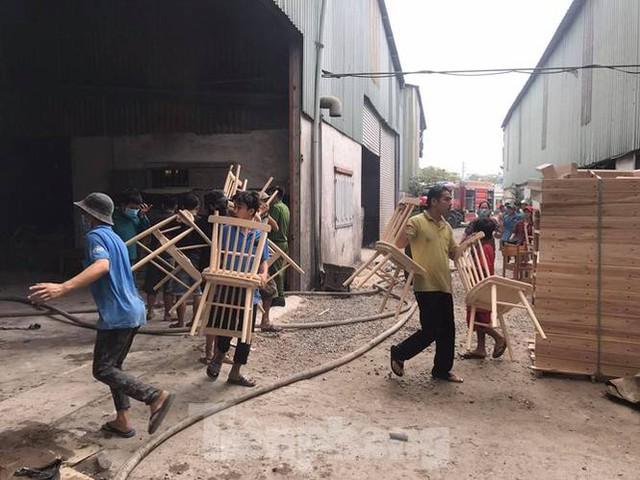 Công nhân bật khóc, ôm đồ tháo chạy khi lửa bao trùm 2 công ty - Ảnh 1.