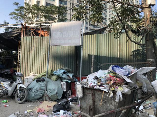 Hàng loạt bãi rác tự phát gây ô nhiễm đường phố Hà Nội - Ảnh 12.