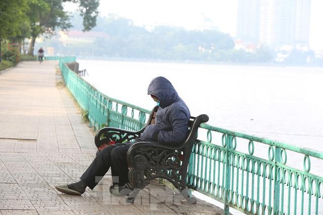 Rét đầu đông, dân Hà Nội kín mít đi làm, Hồ Tây vắng bóng người qua lại - Ảnh 12.