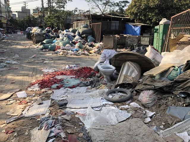 Hàng loạt bãi rác tự phát gây ô nhiễm đường phố Hà Nội - Ảnh 13.