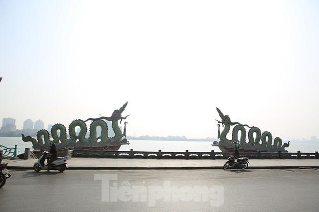 Rét đầu đông, dân Hà Nội kín mít đi làm, Hồ Tây vắng bóng người qua lại - Ảnh 13.
