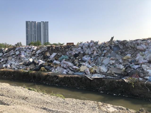 Hàng loạt bãi rác tự phát gây ô nhiễm đường phố Hà Nội - Ảnh 14.