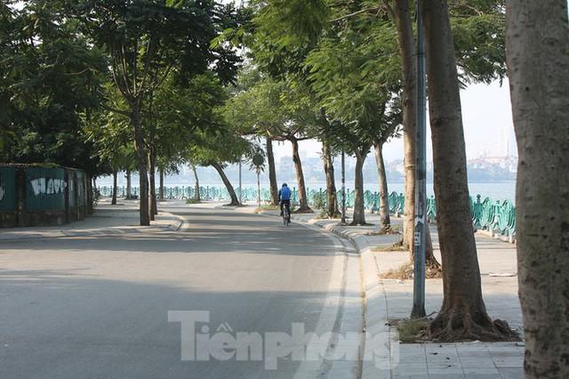 Rét đầu đông, dân Hà Nội kín mít đi làm, Hồ Tây vắng bóng người qua lại - Ảnh 15.