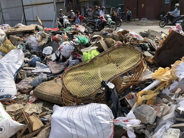 Hàng loạt bãi rác tự phát gây ô nhiễm đường phố Hà Nội - Ảnh 3.