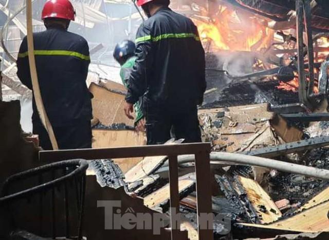 Công nhân bật khóc, ôm đồ tháo chạy khi lửa bao trùm 2 công ty - Ảnh 3.