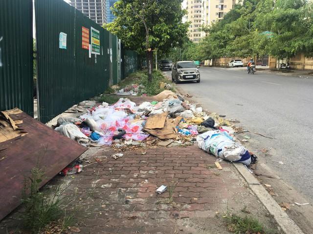 Hàng loạt bãi rác tự phát gây ô nhiễm đường phố Hà Nội - Ảnh 4.