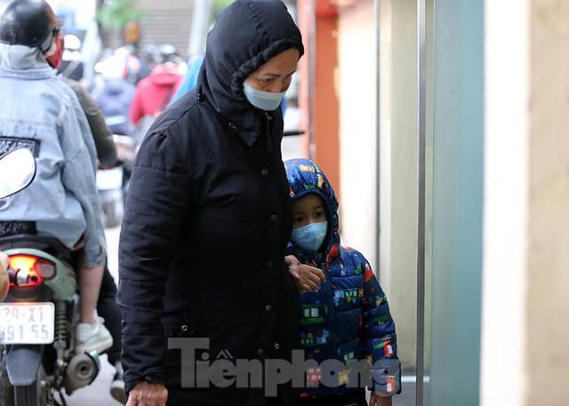 Rét đầu đông, dân Hà Nội kín mít đi làm, Hồ Tây vắng bóng người qua lại - Ảnh 4.